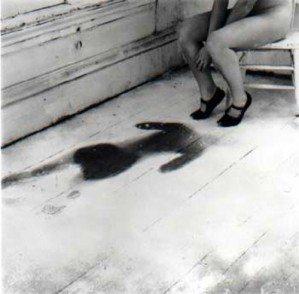 sophie calle fotografía mujer sentada con mancha en el suelo