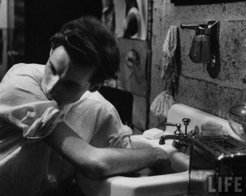 Glenn Gould, lavándose las manos antes de tocar el piano. Fotografía: LIFE